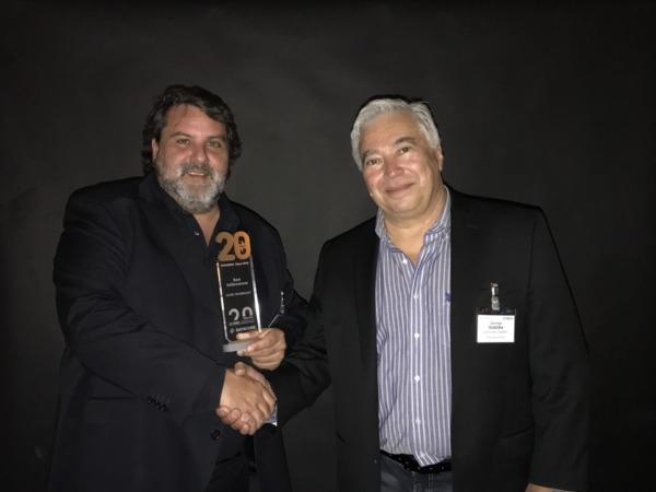 Jose Antonio Gurucelain (izda), director de Innovación de CISTEC technology, recoge el premio de manos del presidente de DataCore, George Teixeira (dcha).