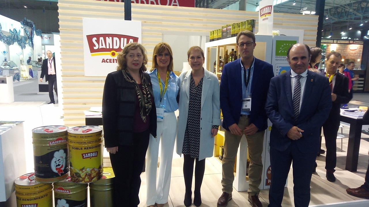 Isabel Elizalde, consejera de Desarrollo Rural del Gobierno de Navarra; Laura Sandúa, gerente de Sandúa; Uxue Barkos, presidenta de Navarra; Manu Ayerdi, vicepresidente de Navarra y César Fernández de Sandúa.