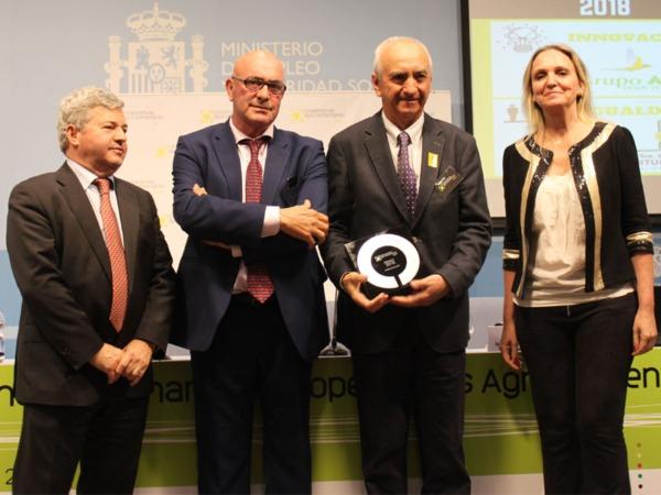 Francisco Arrarás sostiene el premio a la Innovación concedido al Grupo AN.