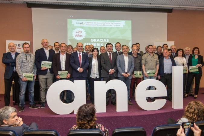 Las autoridades y directivos de ANEL posan con los representantes de las empresas homenajeadas. (FOTOS: Víctor Rodrigo)
