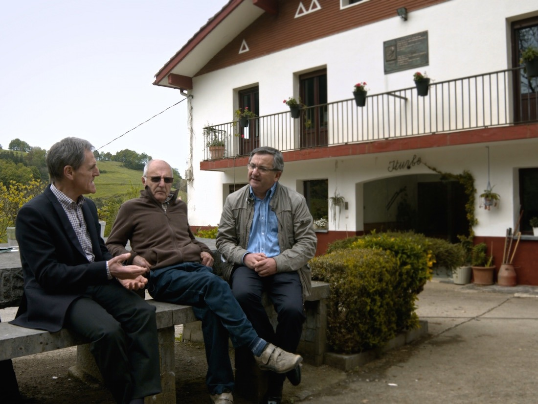 Tres de los sobrinos de José María Arizmendiarrieta, en la casa de Marikina donde nació en el año 2015 (imagen del documental).