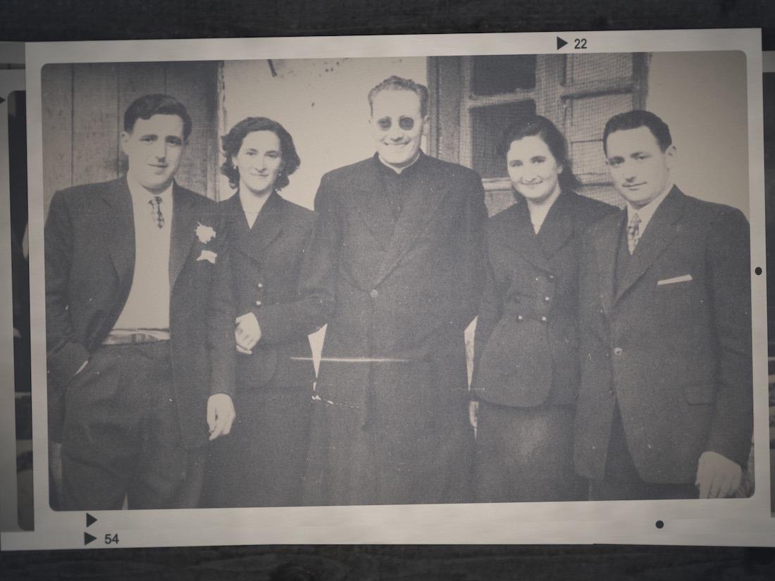 José María Arizmendiarrieta, en el centro, junto a los iniciales cooperativistas, en una de las fotografías que ilustran el documental.