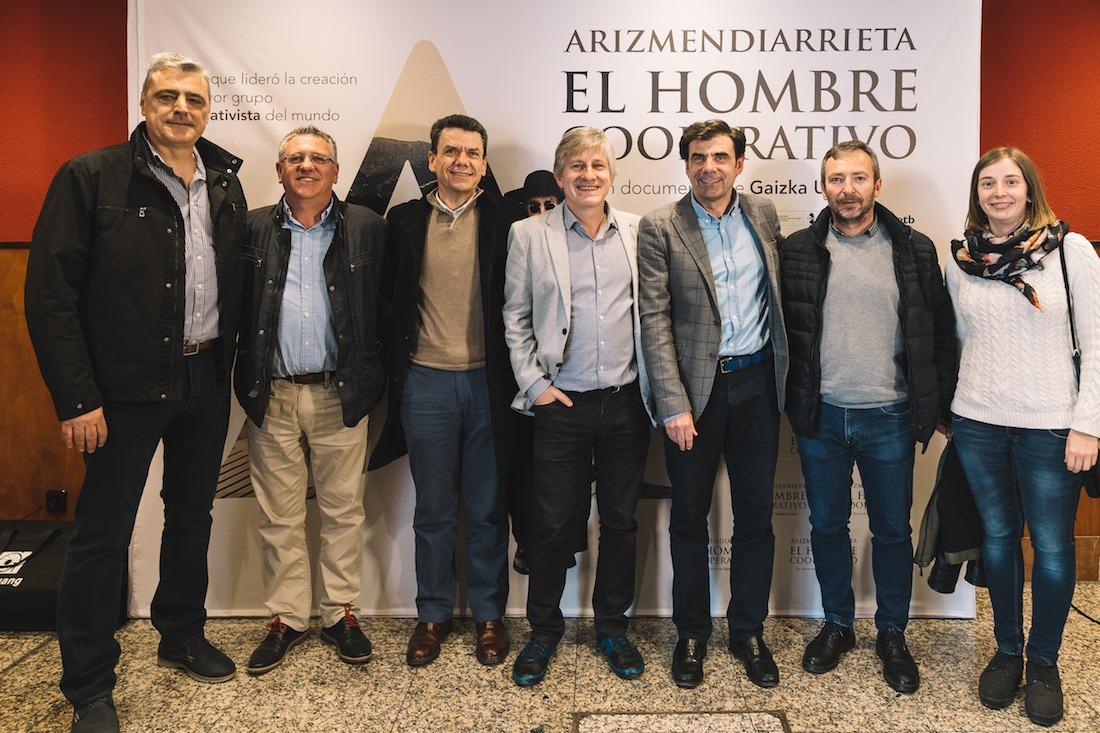 El director de la película, junto a representantes de las empresas de economía social de Navarra de la Corporación Mondragón. (Fotos: Pablo García Esparza)