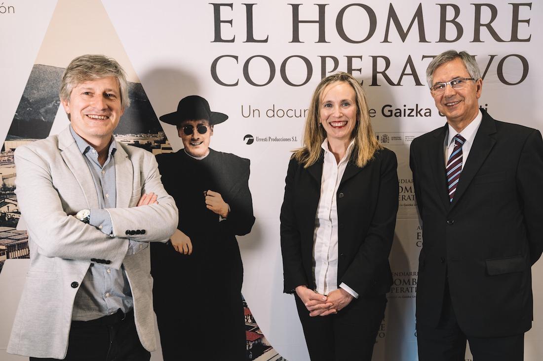 Gaizka Urresti, director de la película; Izaskun Goñi, directora general de Política Empresarial, Económica y Trabajo; y Juan Manuel Sinde, secretario de la Fundación Arizmendiarrieta.