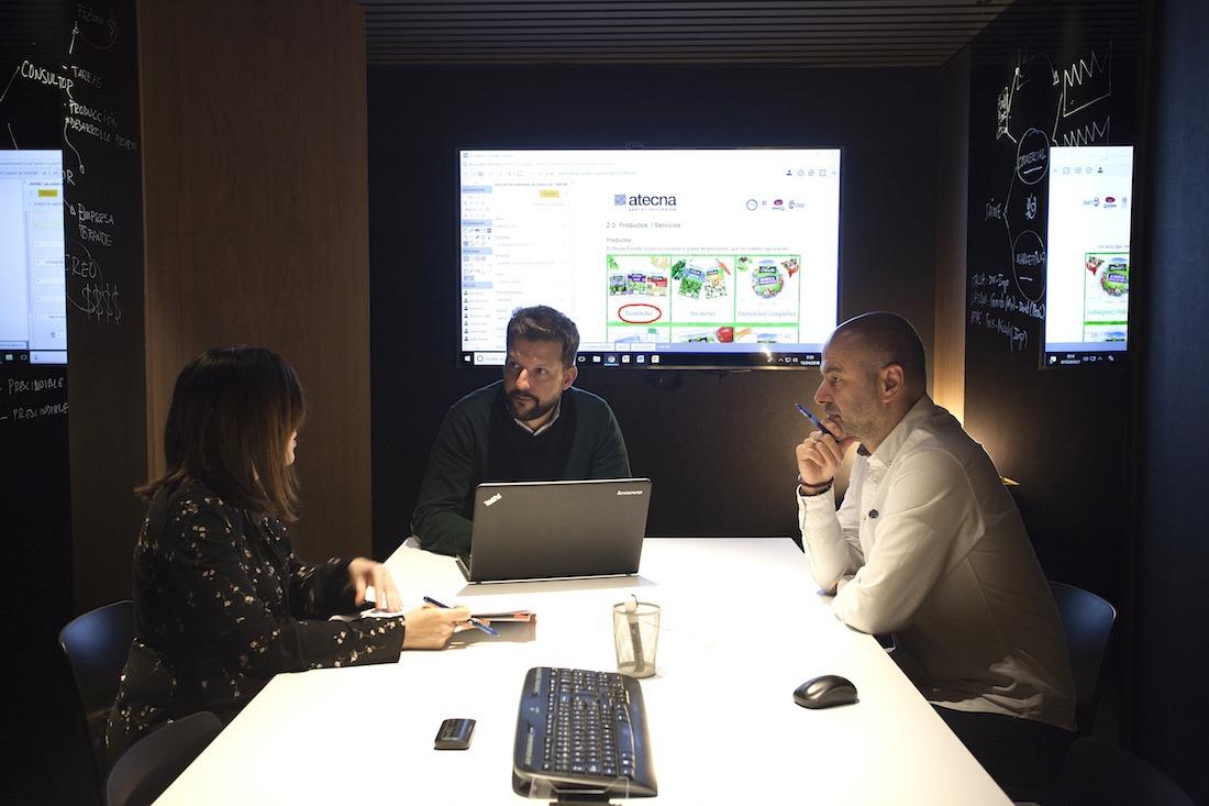 Responsables de Atecna, durante una reunión en la que adaptaron su proceso tecnológico a las necesidades de Florette. (Fotos: Javier Ripalda y Florette)