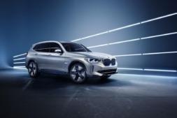 Imagen promocional del nuevo BMW iX3, el primer SAV 100% eléctrico del fabricante alemán.