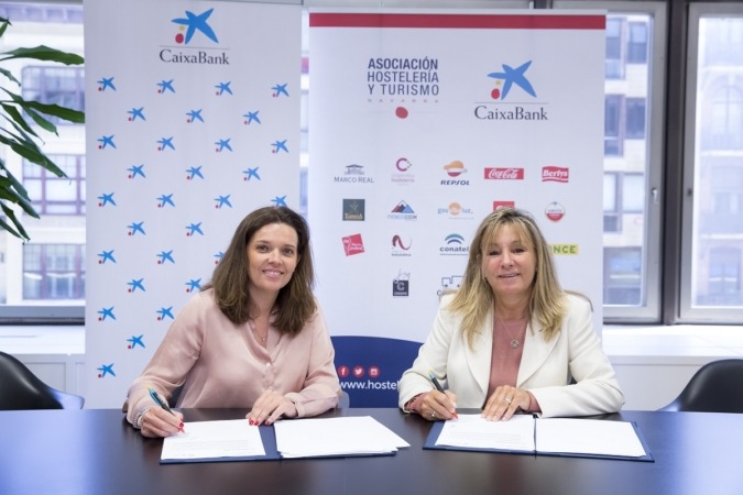Ana Díez Fontalba y Ana Beriáin firman el convenio entre CaixaBank y AEHN.