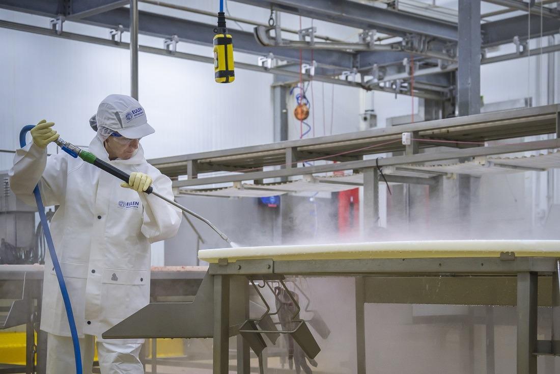 Una imagen de la labor desarrollada por Eulen en limpieza en el sector agroalimentario.