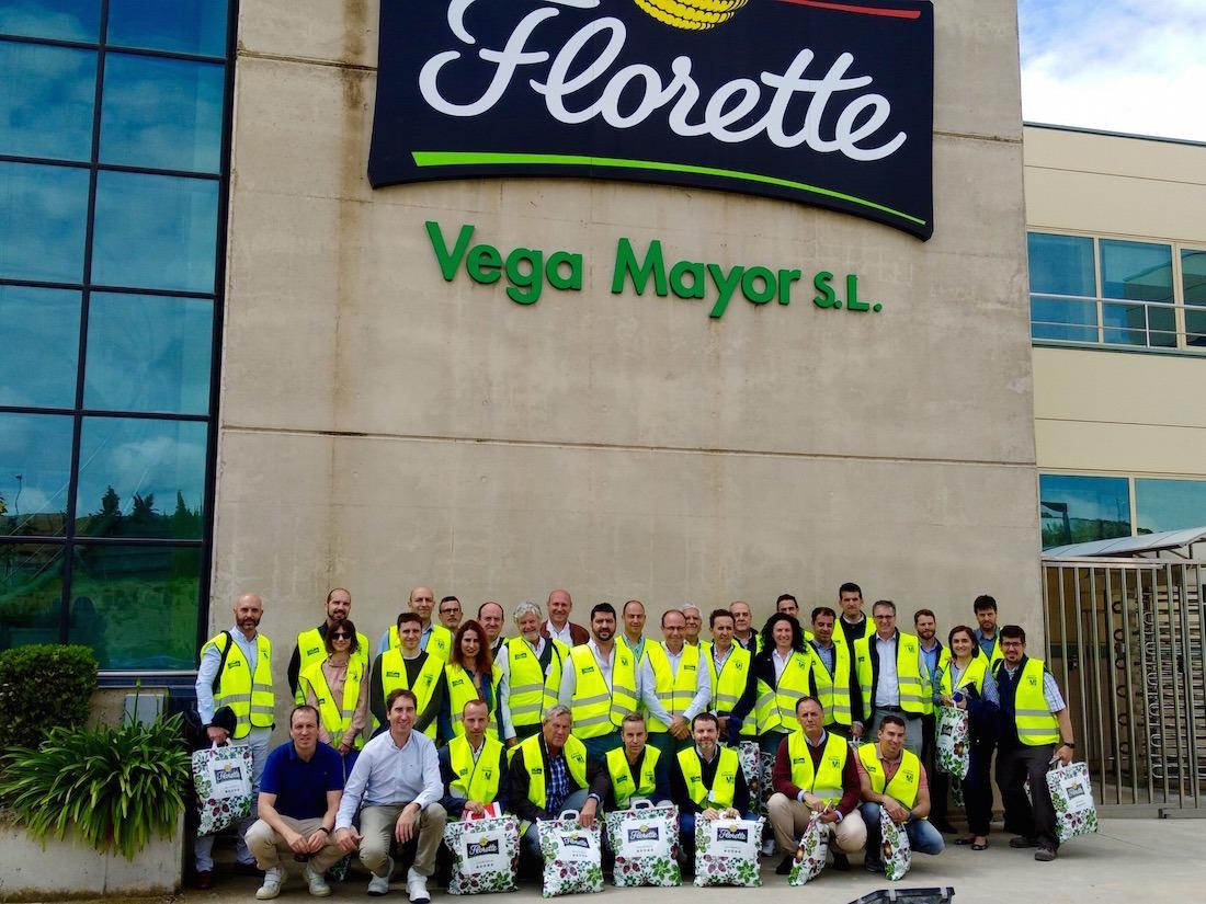 Los directivos de FIN posan delante de las instalaciones de Florette en Milagro. (Fotos cedidas por Florette)