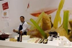 Enrique Martínez Burón realiza una demostración de pelado y condimentación de espárragos en el pasado Salón de Gourmets.