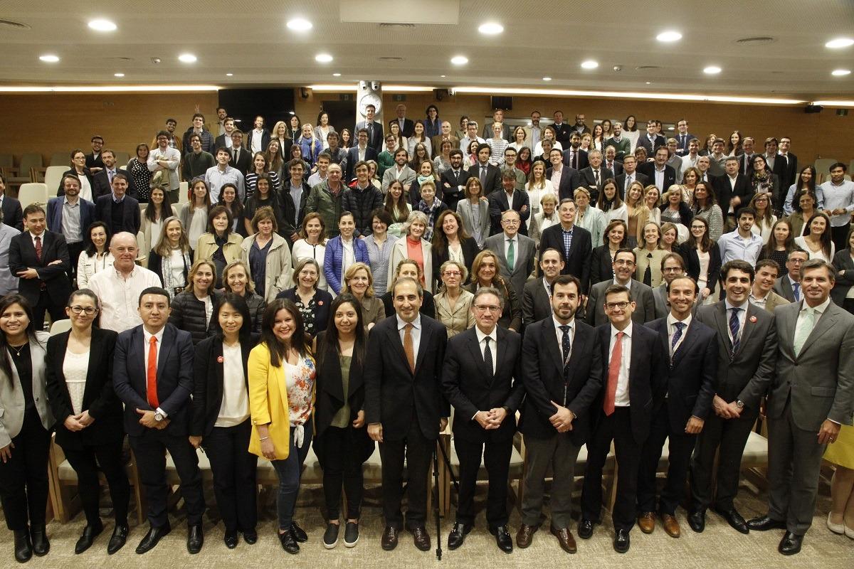 Alfonso Sánchez-Tabernero y Jaume Giró, en primera fila, en el centro, junto a los asistentes al encuentro.