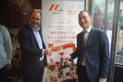 Manu Ayerdi brinda con el empresario Jin Li, principal distribuidor de productos navarros en el mercado chino.