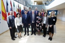 El delegado del Gobierno de Navarra en Bruselas, Mikel Irujo (segundo por la izquierda en la segunda fila) posa con el presidente del Comité de las Regiones, Karl Lambertz (tercero por la izquierda en la primera fila) junto con otros miembros del Comité.