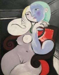 Mujer desnuda en sillón rojo