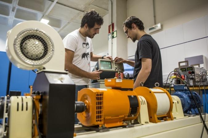 Actividad formativa en un laboratorio de energías renovables de la UPNA en el campus de Arrosadia, en Pamplona.
