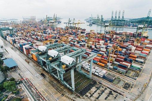 Imagen de una zona de carga y descarga de mercancías en una dársena.