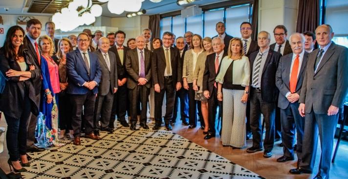 Los integrantes de la Mesa del Turismo, con el ministro Nadal.
