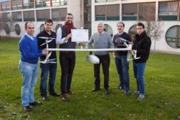 El equipo de FuVex con el dron híbrido por el que han sido premiados.