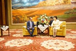 Ayerdi y la vicegobernadora de Gansu conversan con la ayuda de intérpretes.