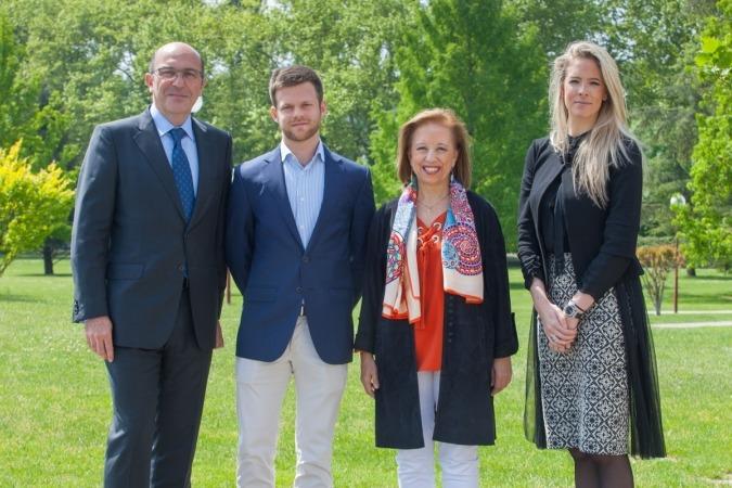 De izquierda a derecha: Ignacio Ferrero, decano de la Facultad de Económicas; Santiago Baselga, Marisa Poncela y Berta Pérez de Ciriza, directora de márketing de Bodegas Olimpia.