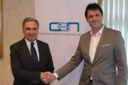 Saludo entre el presidente de la CEN, José Antonio Sarría, y el de Aedipe, Álex Uriarte.