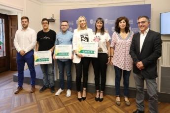 Los ganadores de 'Denda-Naiz' 2018 posan con las autoridades regionales y locales y representantes de Caja Rural de Navarra.