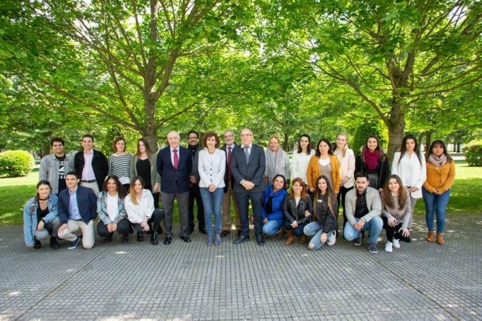 Foto de familia de los alumnos, responsables y ponente en la Clausura del XXIII Seminario Innnovación Empresarial en la UPNA.
