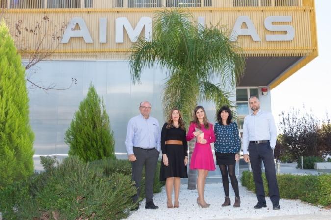 Responsables de Aimplas en las puertas de su sede en Valencia con el Premio Ciudad de Paterna, uno de los muchos reconocimientos recibidos por la compañía.