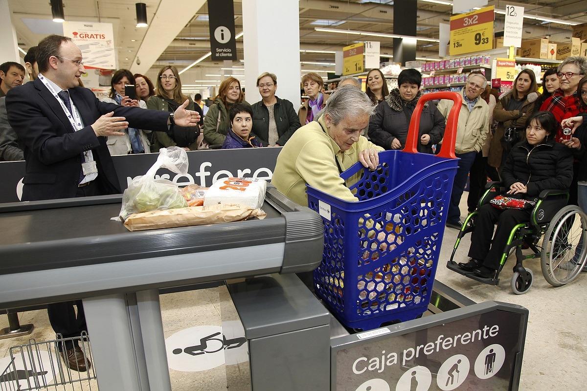 Imagen de archivo en la que aparece Óscar Casado, director de Carrefour en Navarra, junto a representantes de varias entidades sociales.