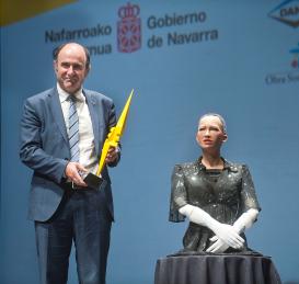Ayerdi con el robot Sophia y el Premio SciencEkaitza durante la gala del año pasado.