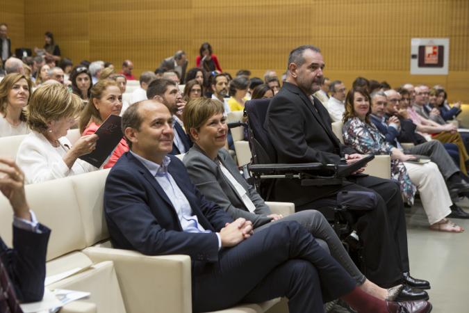 Javier Miranda junto a la presidenta Uxue Barkos y el director gerente de la Fundación Caja Navarra, en la presentación del plan estratégico 2018-2022 de la entidad.