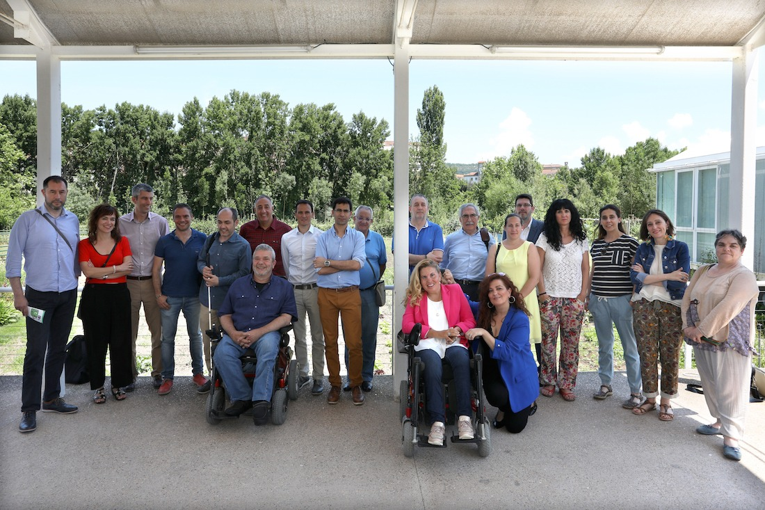 Varios de los miembros de las entidades que conforman Fundaciones de Navarra, posan en Casa Gurbindo. (Fotos: Javier Ripalda)