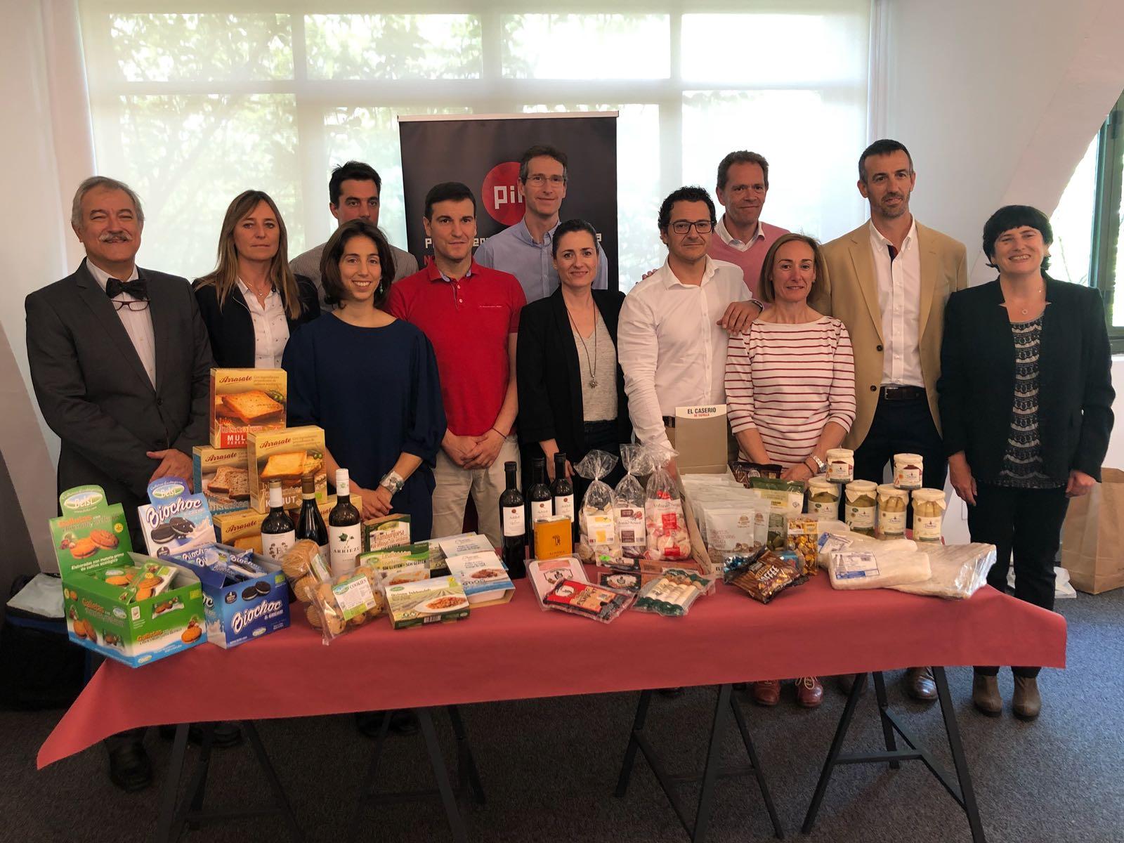 Representantes de las empresas agrupadas en Gourmex muestran sus productos.