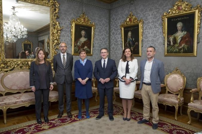 Presentes en la firma: Izaskun Azcona, Rafael Chueca, Uxue Barkos, Jaume Giró, Ana Díez Fontana y Miguel Laparra.