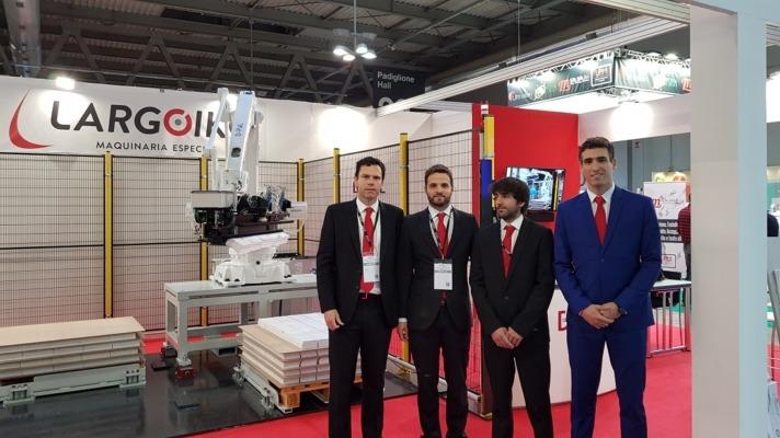 Jose Manuel Ripa, Javier Muñoa, Álvaro Lazkano y Javier Urriza en Milán presentando el robot D-PaL