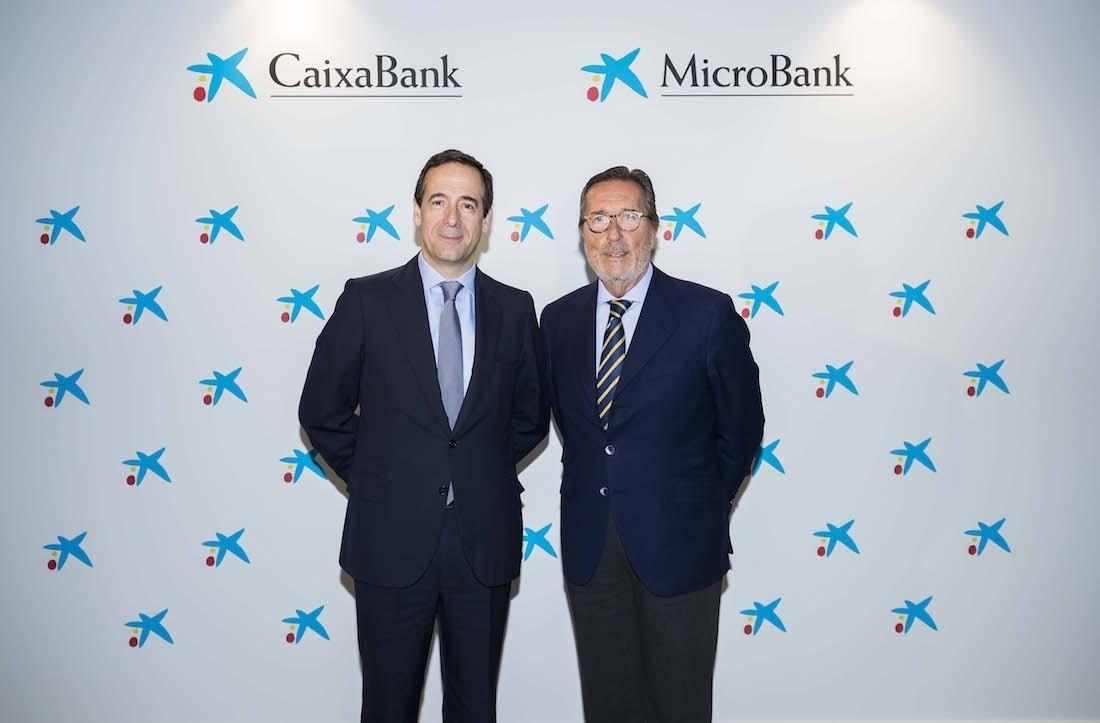 Gonzalo Gortázar, consejero delegado de CaixaBank; y Antoni Vila, presidente de MicroBank.