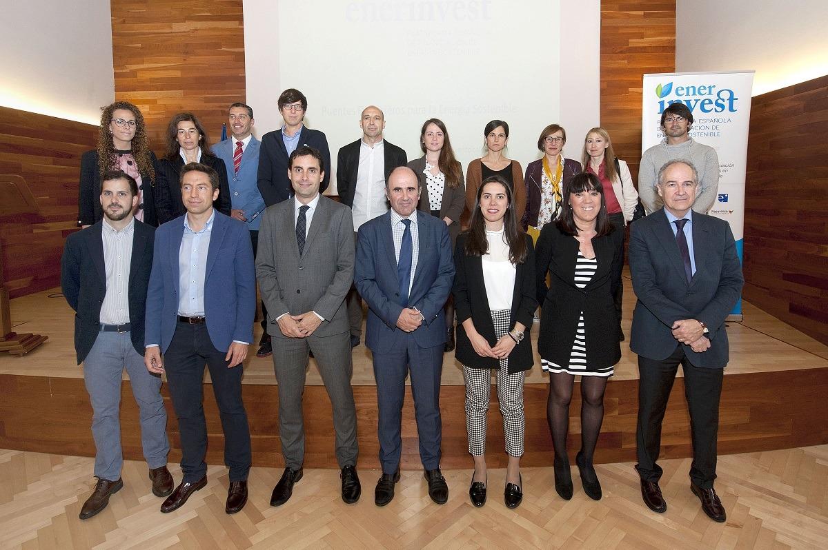 El vicepresidente Ayerdi, con el resto de participantes den la jornada de Enerinvest.