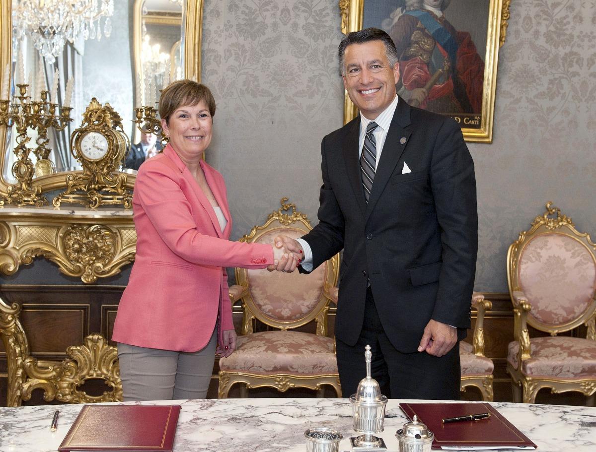 La presidenta Uxue Barkos estrecha la mano a Brian Sandoval, gobernador de Nevada, tras la firma del acuerdo de colaboración entre las dos regiones.