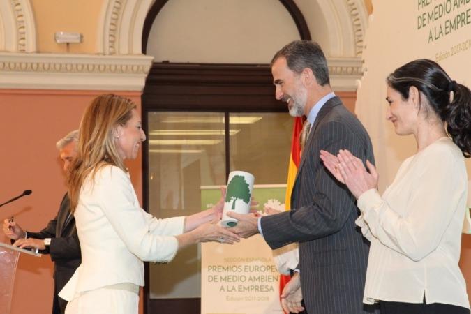 Laura Alba recibe el premio de manos del Rey Felipe VI.