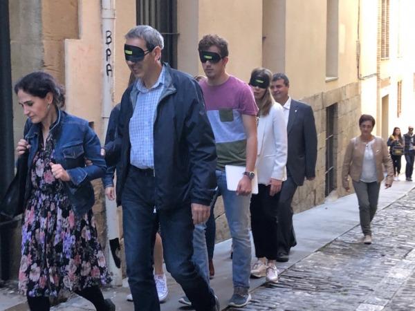 """Varios de los participantes en la experiencia """"a ciegas"""", guiando y dejándose guiar por el centro de Pamplona. (Fotos: cedidas por Inserta)"""