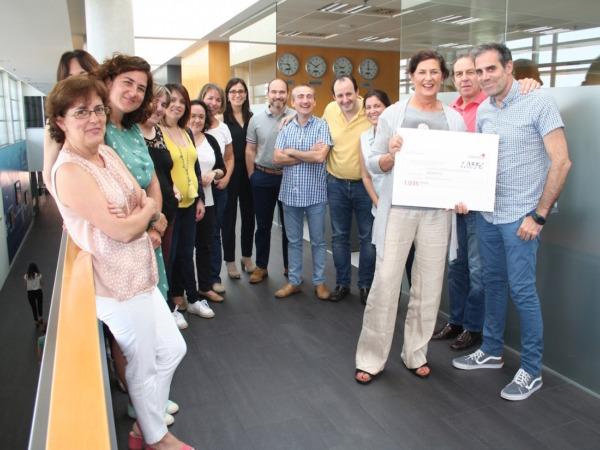 Varios trabajadores de Thomson durante la entrega del cheque a su compañero Juan Larreta, también miembro de ADEMNA.