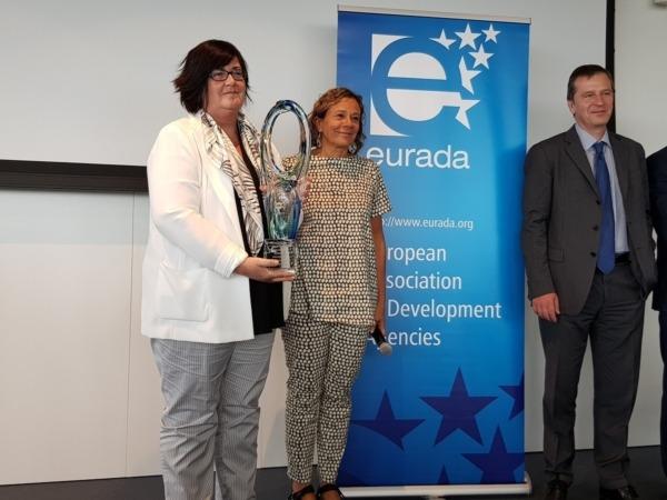 Momento en el que la directora gerente e Sodena, Pilar Irigoien, recibe el galardón Eurada en Charleroi (Bélgica).