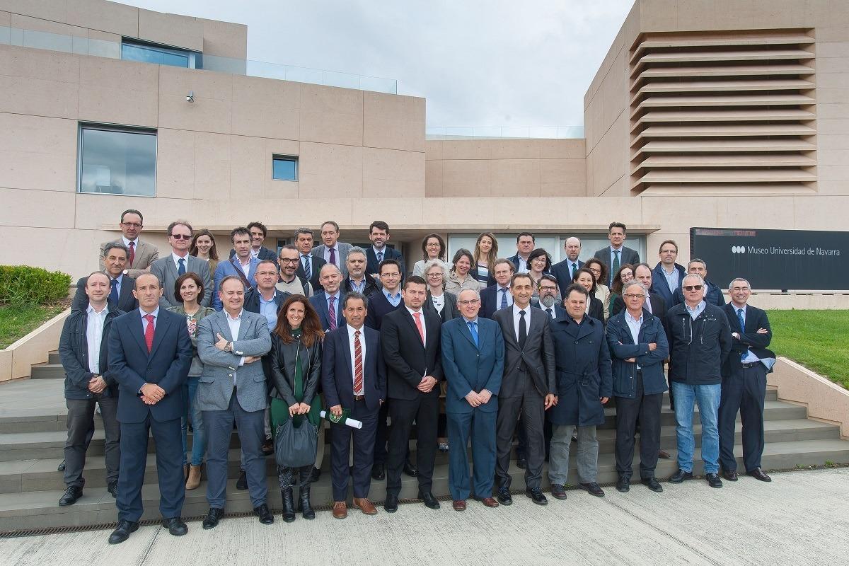 Foto de grupo de los representantes de VW Navarra y de la Universidad participantes en el encuentro de la cátedra.