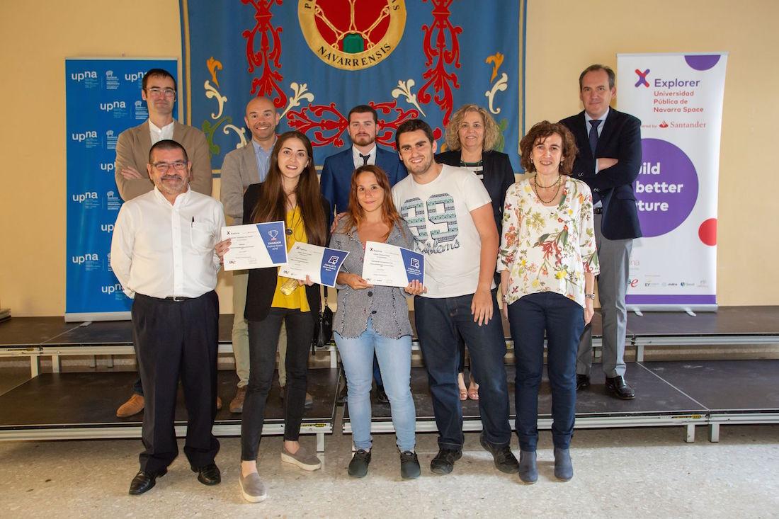 En primera fila y de izquierda a derecha, los ganadores: Alba del Villar, Irene Albero, con diploma, y Álvaro Maestre, posan junto al jurado, encabezado por la vicerrectora Cristina Bayona, primera por la derecha.