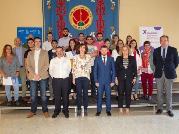 Los jóvenes emprendedores navarros participantes en el programa 'Navarra Explorer Space', fotografiados tras la entrega de premios, con el jurado