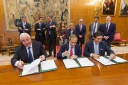 Momento de la firma del convenio entre Caja Rural y la Universidad de Navarra.