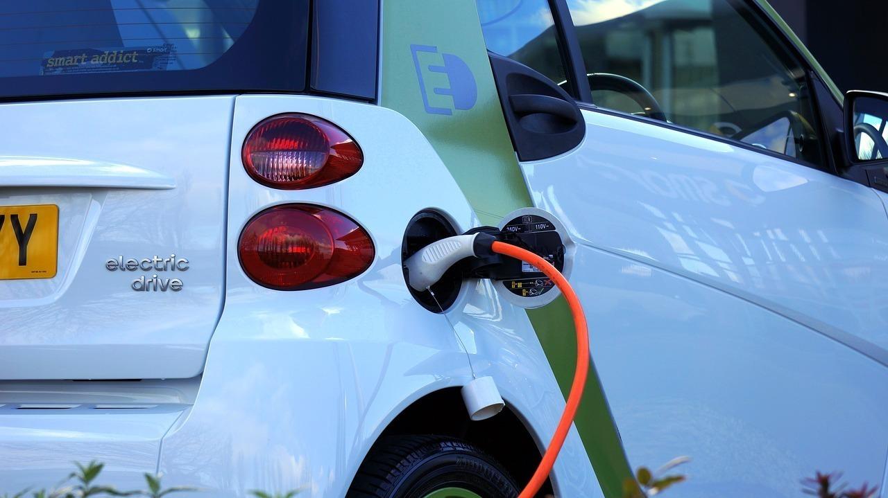 La compra de vehículos eléctricos en Navarra (turismos, bicis, camiones, furgonetas...) incluyen deducciones de hasta el 30% del precio de compra.
