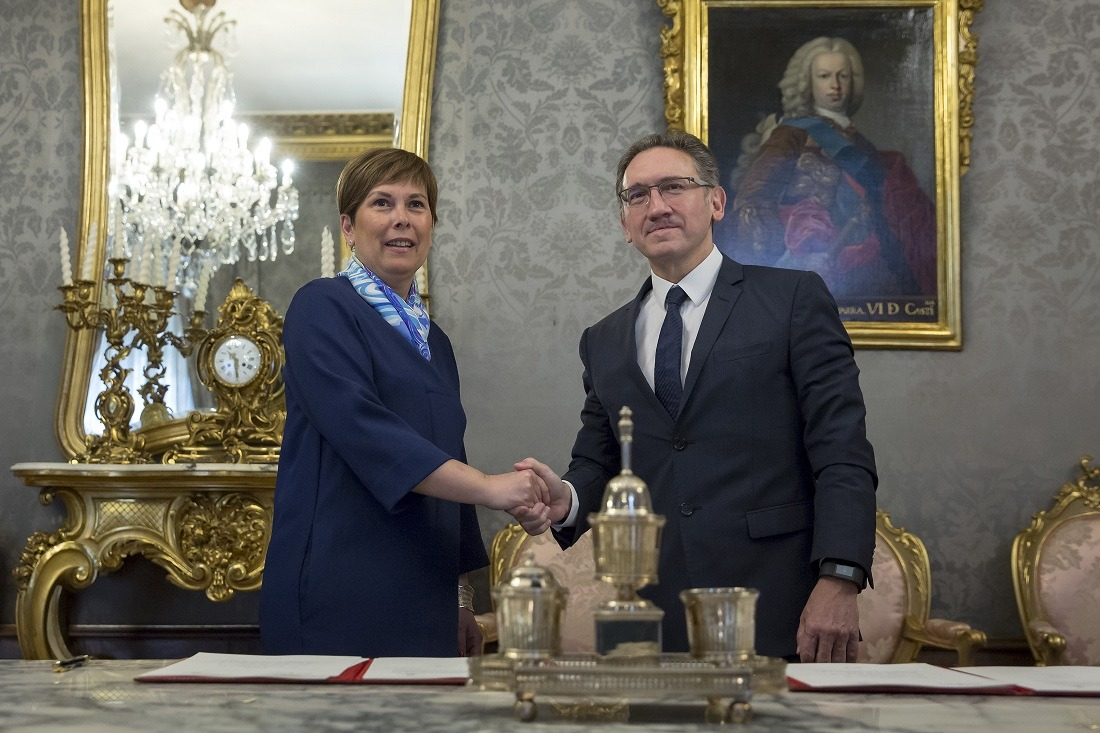 Firma convenio acuerdo marco Obra Social La Caixa y Gobierno de Navarra en Pala cio de Navarra