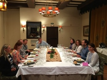Los periodistas finlandeses y estonios, con la directora del ICEX en Navarra, Isabel Peñaranda.