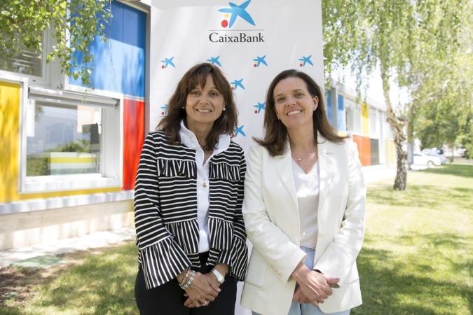 Yolanda Torres posa junto a Ana Díez Fontana, directora territorial de CaixaBank en Navarra.